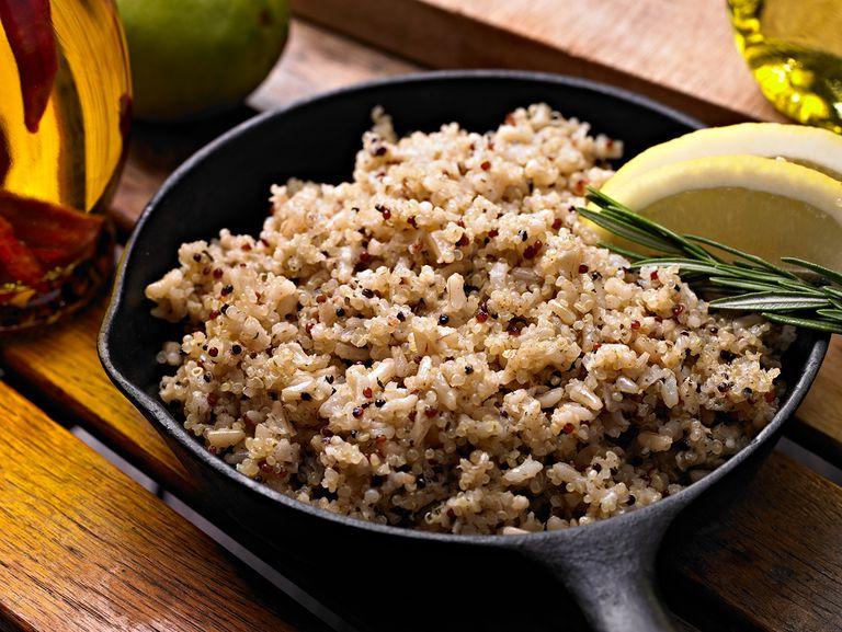 Quinua amb arròs integral en una paella de ferro fos.