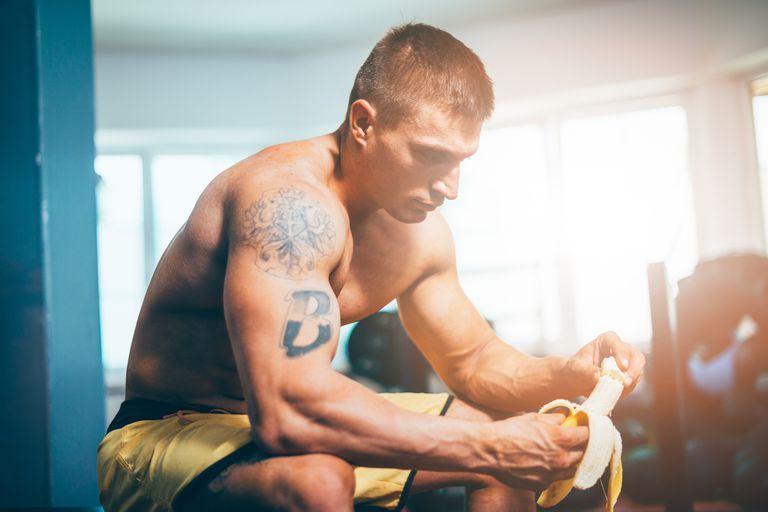 Mangez la banane lors de la formation dans la salle de sport